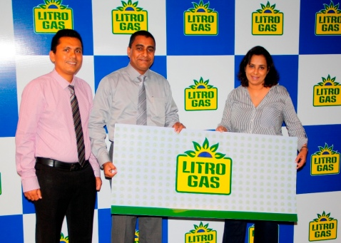 Litro Gas Sales & Marketing DirectorChamindaEdiriwickrama (Center) handing over the sponsorship to Ms. Rosita Wickremesinghe, Franchise Owner/Director, Miss Tourism Sri Lanka-Int'l (Right). Mr. NazeerLatiff, Senior Manager – Channel & Market Development of Litro Gas
