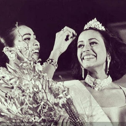 Madhu Sapre crowning her successor Miss India 1993