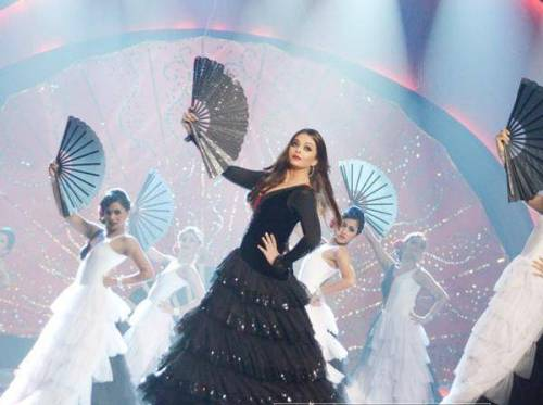 Bollywoods-light-eyed-beauty-Aishwarya-Rai-performs-on-a-song-from-her-film-Guzaarish-at-the-Ponds-Femina-Miss-India-2013-contest-held-at-Yash-Raj-Studios-in-Mumbai-on-March-24-2013