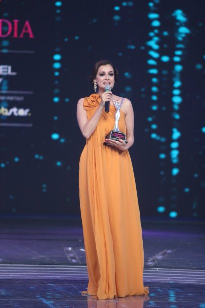 Miss Asia Pacific 2000 Dia Mirza being felicitated with Eternal Beauty Award