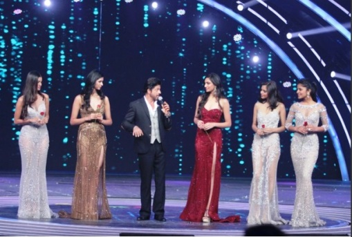 Bollywood Superstar Shah Rukh Khan with the top 5 finalists