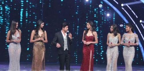 Superstar Sharukh Khan serenading the top 5