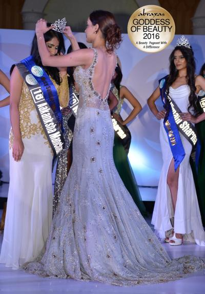 Miss Summer India International 2016 - Akanksha Manchanda - crowned by Gail Nicole Da Silva (Miss United Continents Princess 2014)
