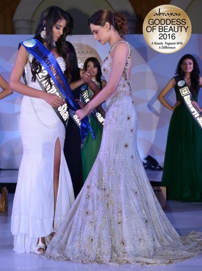 Reina Miss India Intercontinental 2016 - Himani Sharma - crowned by Gail Nicole Da Silva (Miss United Continents Princess 2014)