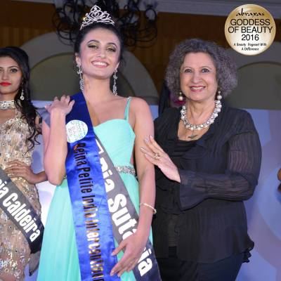 Reina Petite India Intercontinental 2016 - Pia Sutaria - crowned by Meher Castelino (Miss India 1964)