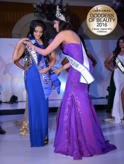 Reina Teen India Intercontinental 2016 - Raashi Kapoor - crowned by Anjali Sinha (Miss Teen Continents)