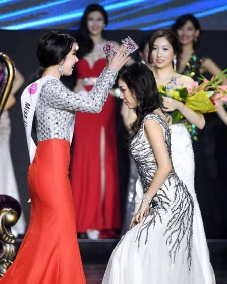 Jenny Kim(Miss Universe Korea 2016) crowning Cho Se-Hui as Miss Universe Korea 2017