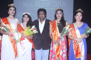 dr-mahesh-yadav-with-winners-300x200