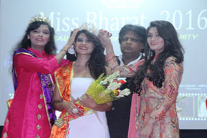 maiitri-raijada-crowned-miss-bharat-2016-300x200
