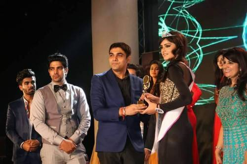 Gurvinder Nagra being awarded with the title of Rubaru Miss Teen India at the grand finale of Rubaru Miss India Elite 2016